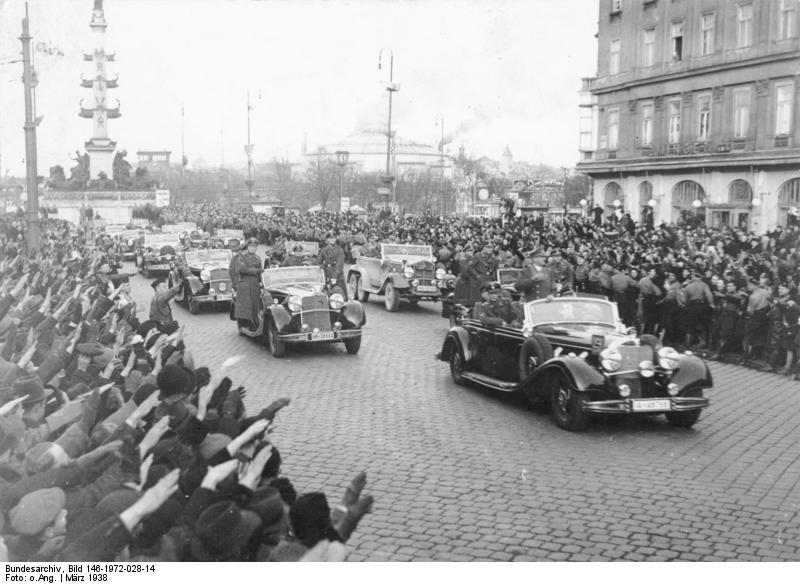 Жители Вены приветствуют германские войска