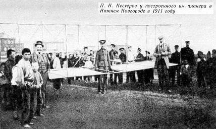П.Н. Нестеров у построенного им планера в Нижнем Новгороде в 1911 году