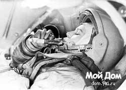 Космонавт ест из тюбика