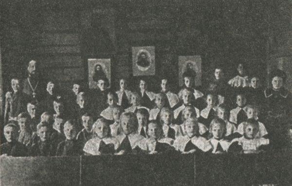 Группа учеников и учениц школы трезвости в Троице-Сергиевой пустыни. Фото 1909 г.