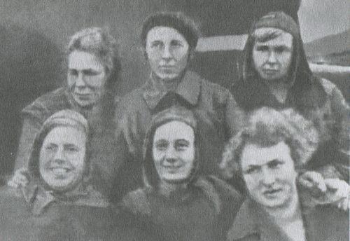 Участницы автопробега, 1936 г. Вверху в центре - командор автопробега А.П. Волкова