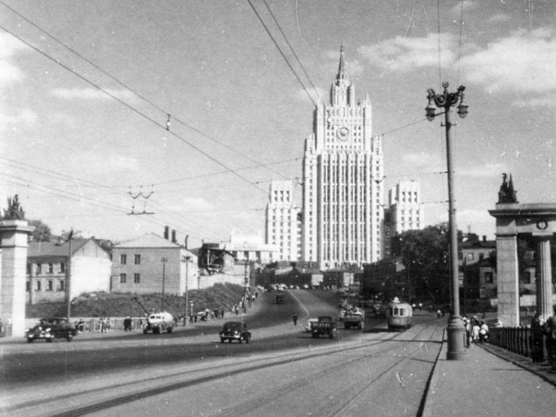 на Бородинском мосту. Низенькая застройка Смоленской улицы и одинокая доминанта... Здание Министерства иностранных дел ещё не имело такого окружения, как сейчас.