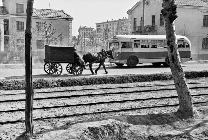 Новоподмосковная улица (теперь - Зои и Александра Космодемьянских). Не сохранившиеся домики; рейсовый ЗиС-155 и гужевой хлебовоз на встречных курсах.