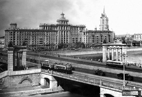 Закончена реставрация моста. Справа - гостиница Украина, еще не достроена: не завершен шпиль.